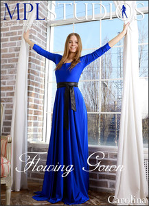 Carolina in Flowing Gown - la Blondinette avec un corps super excitant un petit cul de rêve enlève sa longue robe bleue et pose nue