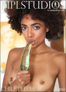 Luna in Chili Pepper II - Magnifique Jeune Black pose nue et joue avec son gode en verre - Galerie Gratuite MPL Studios